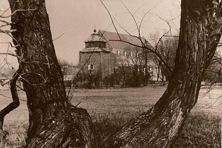 Kościół ze starą, drewnianą wieżą i dzwonnicą