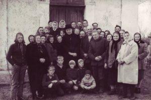 Kardynał Stefan Wyszyński zmieszkańcami Andrzejewa przedkaplicą cmentarną
