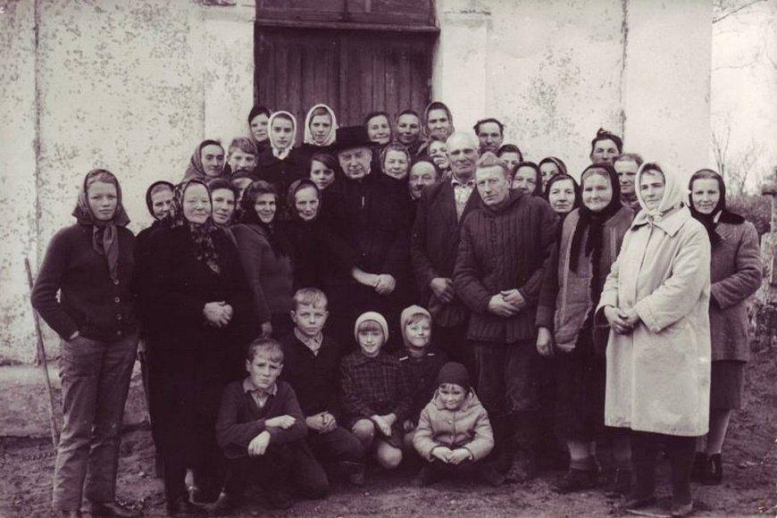 Kardynał Stefan Wyszyński z mieszkańcami Andrzejewa przed kaplicą cmentarną
