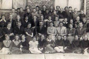 Zdjęcie klasowe przedszkołą podstawową, lata pięćdziesiąte XX w.