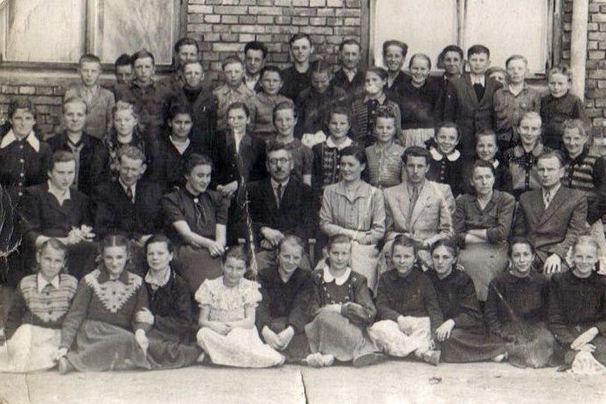Zdjęcie klasowe przed szkołą podstawową, lata pięćdziesiąte XX w.