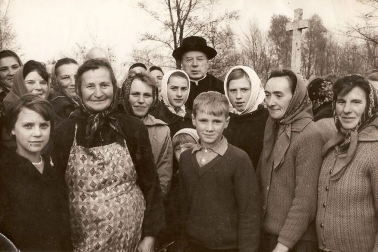 Prymas Wyszyński odwiedza grób matki