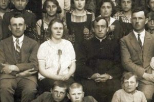 Kadra pedagogiczna z1928 roku. Odlewej: T. Szulkowski, O. Piranowska, ks.Płoński iA. Olejnik