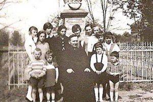 Proboszcz wasyście dzieci podfigurą Niepokalanej ok. 1956 r.