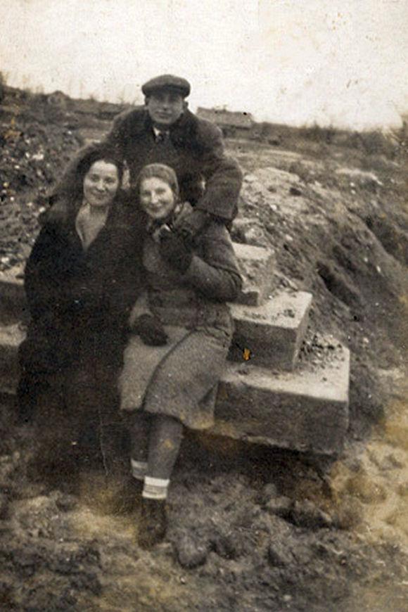 W tle zdjęcia spalone Andrzejewo, rok ok. 1941