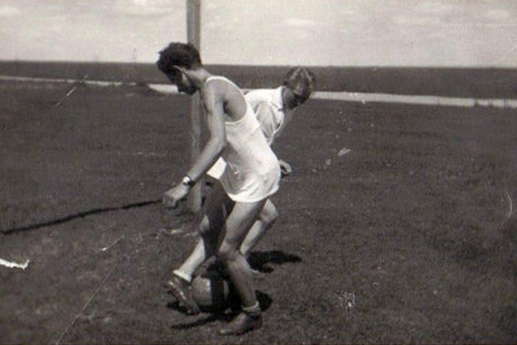 Akcja z meczu rozgrywanego na boisku przy ul. Srebińskiej, na początku lat 60-tych XX wieku