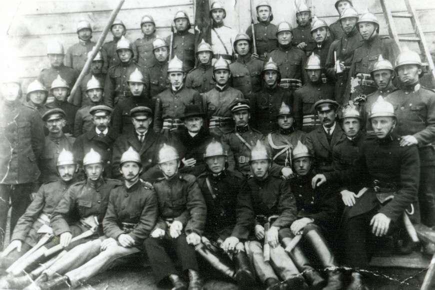 Strażacy zks.proboszczem Pawłem Rozpędowskim – Prezesem OSP wAndrzejewie, rok 1929