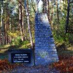 Pomnik upamiętniający pomordowanych Żydów w lesie koło Rząśnika