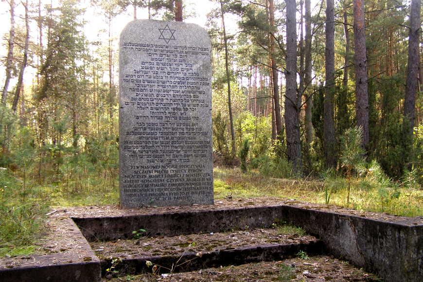 Pomnik upamiętniający pomordowanych Żydów w lesie koło Mianówka