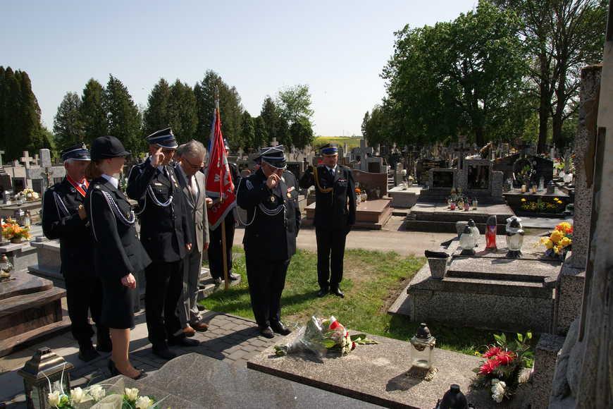 Składanie kwiatów nagrobie założyciela jednostki księdza Leonarda Załuski