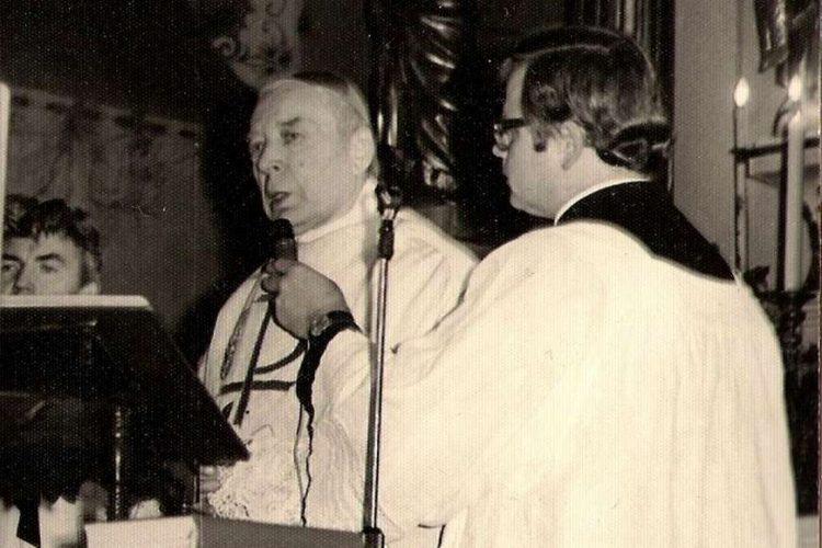 Kardynał Stefan Wyszyński odprawia mszę św. w kościele w Andrzejewie