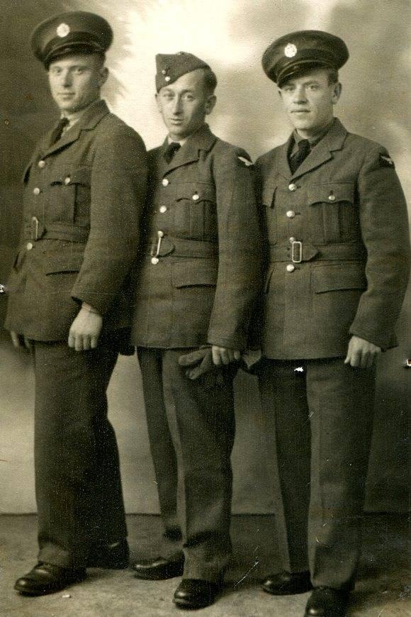 Józef Zawistowski (pierwszy zlewej) wraz zkolegami zzałogi