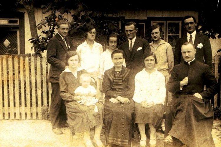 Ks. Konstanty Penkala w gronie najbliższych w rodzinnym Olszewie