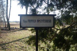 Tablica przy alei wiodącej na cmentarz parafialny w Andrzejewie