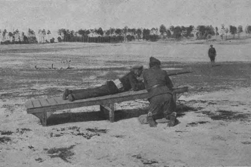 Lipiec 1920 – szkolenie ochotników wJabłonnie. Ćwiczenia wstrzelaniu wpozycji leżącej.
