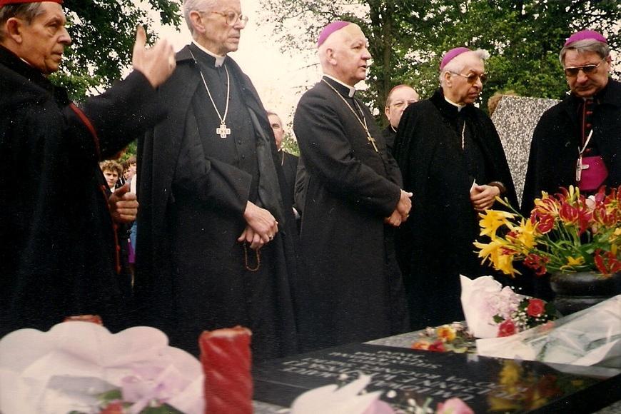 Przedstawiciele Episkopatu Polski ramach obchodów siedemdziesiątej rocznicy święceń kapłańskich Prymasa Tysiąclecia odwiedzili cmentarz wAndrzejewie imodlili się przy grobie Julianny Wyszyńskiej