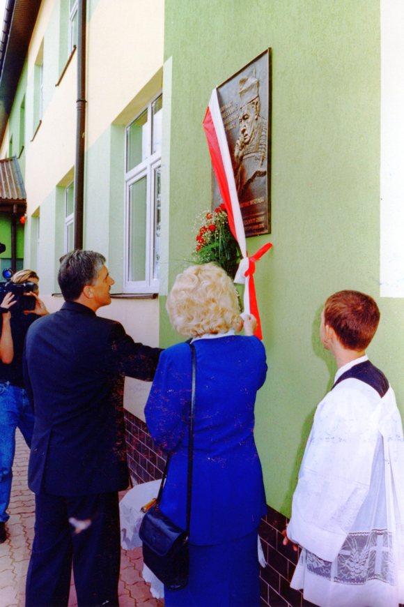 W dniu otwarcia budynku Gminnego Gimnazjum wAndrzejewie odsłonięto tablicę upamiętniająca kardynała Wyszyńskiego