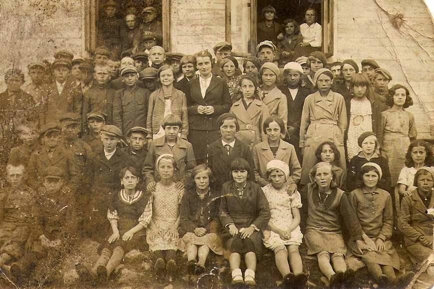 Uczniowie szkoły w Andrzejewie z nauczycielką Emilią Królikowską, około roku 1935