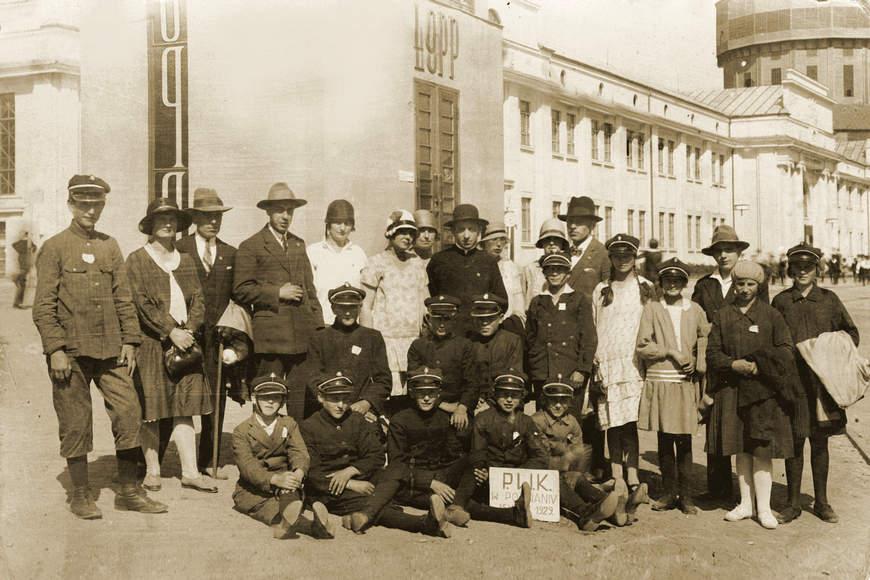Nauczyciele iuczniowie naPowszechnej Wystawie Krajowej wPoznaniu wroku 1929