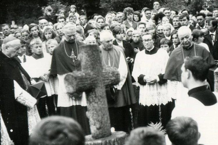 Kardynał Stefan Wyszyński przy grobie matki, czerwiec 1971
