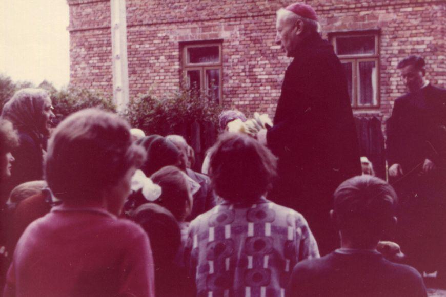 Z dziećmi przedplebanią wAndrzejewie, ztyłu ks.proboszcz Bolesław Kozłowski