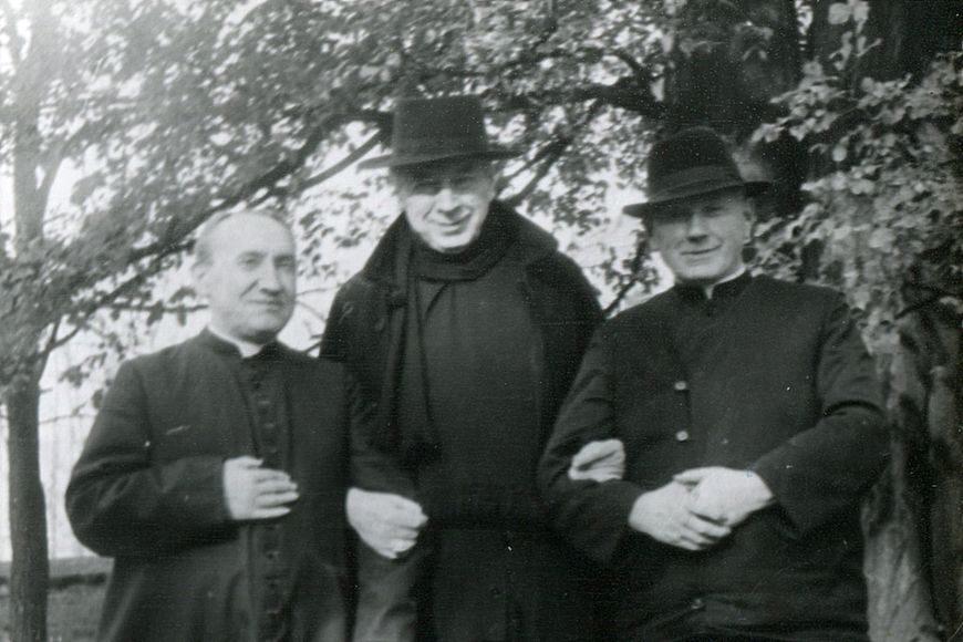 Kardynał Stefan Wyszyński w asyście księży w Andrzejewie