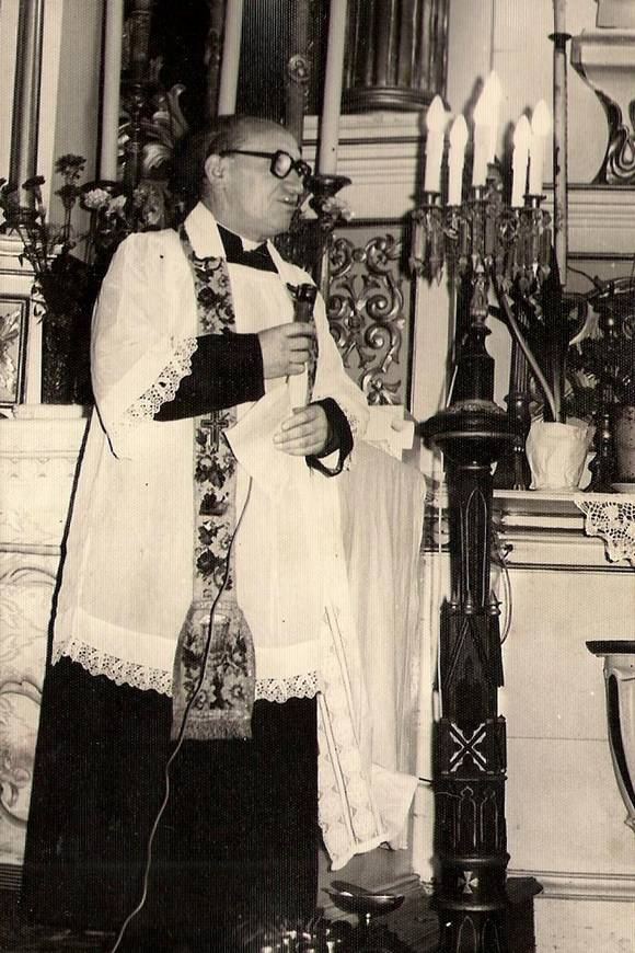 Ksiądz proboszcz Józef Mierzejewski wita Prymasa wświątyni wAndrzejewie