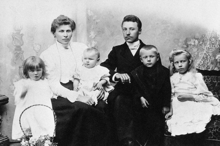 Rodzina Wyszyńskich. Zdjęcie pochodzi ze zbiorów Instytutu Prymasowskiego Stefana Kardynała Wyszyńskiego w Warszawi