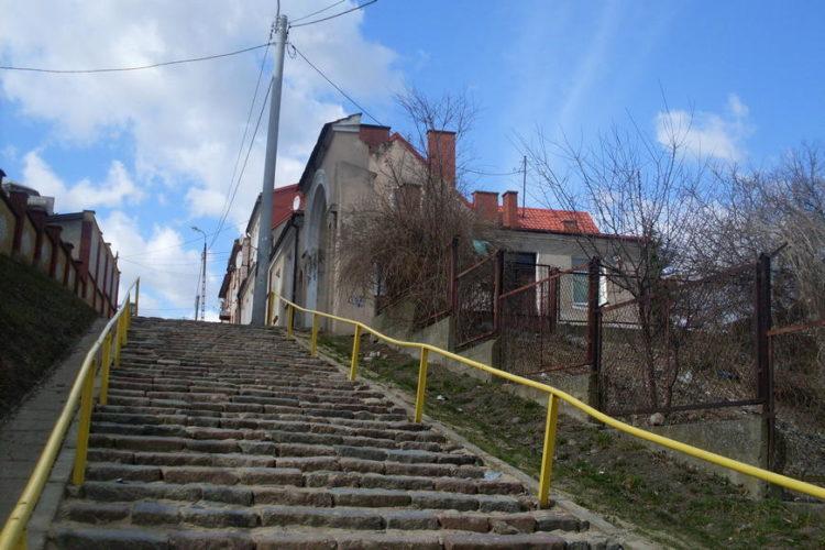 Dom przy ulicy Krzywe Koło w Łomży i kamienne schody po których spacerowali chłopcy mieszkający na stancji u pana Kęsickiego