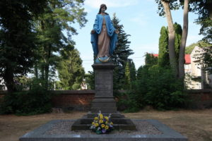 Posąg Matki Bożej Niepokalanej przed kościołem w Andrzejewie przed którym modlił się młody Stefan Wyszyński (Fot. O. T. Polak CMF)
