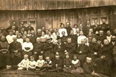 Prymicja ks. Konstantego Penkali. Po prawej stronie widoczny alumn Stefan Wyszyński, Olszewo czerwiec 1920 r. zdjęcie pochodzi ze zbiorów pani Sylwii Wolskiej