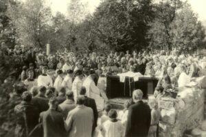 Uroczystość poświęcenia Mauzoleum Żołnierzy 18 DP przed rozpoczęciem Mszy Świętej na cmentarzu w Andrzejewie 26 września 1976 r. Zdjęcia pochodzą z Archiwum Parafialnego w Andrzejewie.